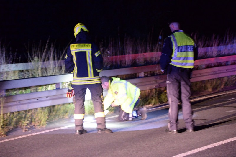 Auf der Umgehungsstraße (B 64) in Höhe der Anschlussstelle Rietberger Straße in Lintel hat sich in der Nachtzu Sonntag  ein schwerer Unfall ereignet.