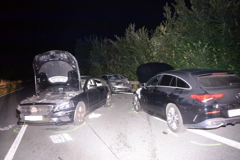 Auf der Umgehungsstraße (B 64) in Höhe der Anschlussstelle Rietberger Straße in Lintel hat sich in der Nacht zu Sonntag  ein schwerer Unfall ereignet.