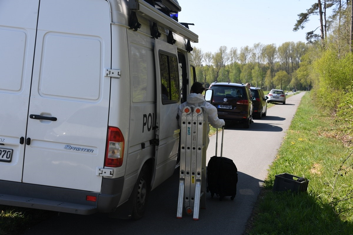 An der Varenseller Straße in Lintel ist am Ostersonntag eine Leiche gefunden worden. Entdeckt worden war sie von der Feuerwehr, die vor Ort einen Brand im Unterholz löschte. Bilder: Eickhoff