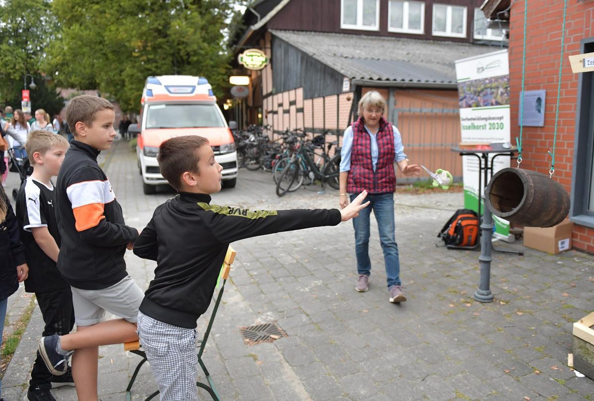 Isselhorster feiern Dorffest auf dem Kirchplatz Foto: Dünhölter