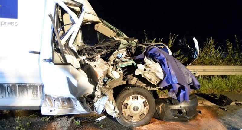 In der Nacht zu Donnerstag ist es auf der Autobahn 2 bei Rheda-Wiedenbrück zu einem schweren Auffahrunfall gekommen. Bilder: Eickhoff