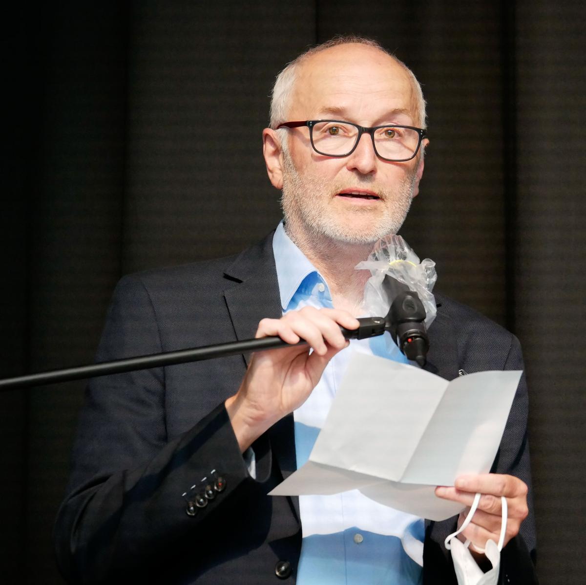 Sportlehrer Richard Huerkamp trug das Grußwort des Schulpflegschaftsvorsitzenden Robert Uphues vor. Fotos: Schomakers