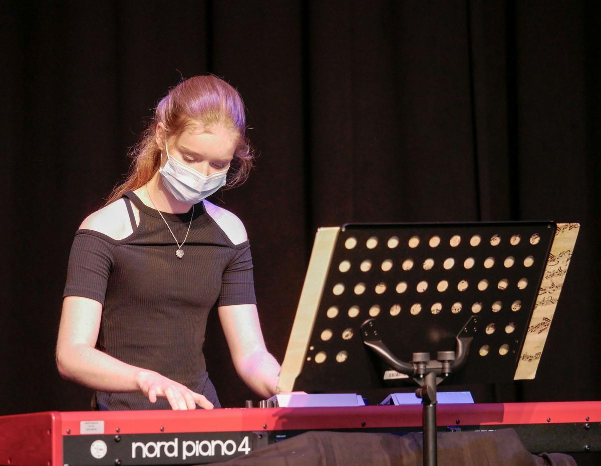 Zur musikalischen Begleitung der Abschlussfeier trug auch Ida Volking bei. Sie spielte Klavier in der Mensa der Gesamtschule am Standort Ennigerloh. Fotos: Schomakers