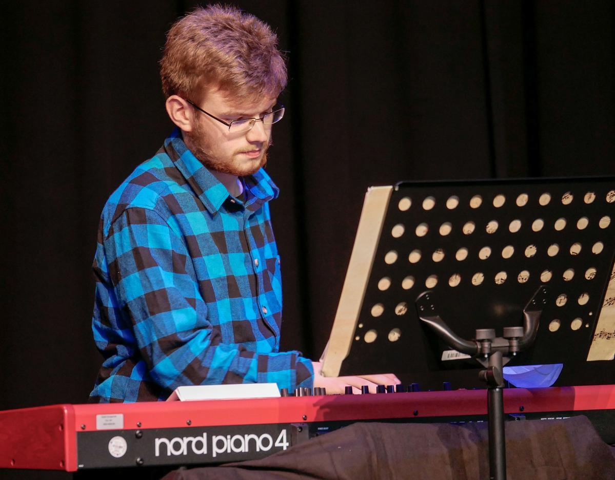 Musikalisch begleitete unter anderem Elias Khattabi die Feiern der Abschlussklassen am Klavier. Fotos: Schomakers