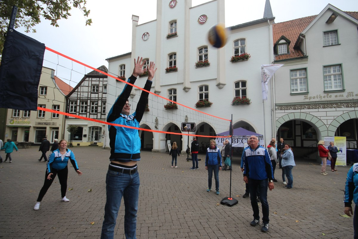 Informationen und viel Unterhaltung boten die Aussteller am Sonntag beim Tag der Vereine in Beckum. Bei geöffneten Geschäften gestaltete sich der Stadtbummel abwechslungsreich.