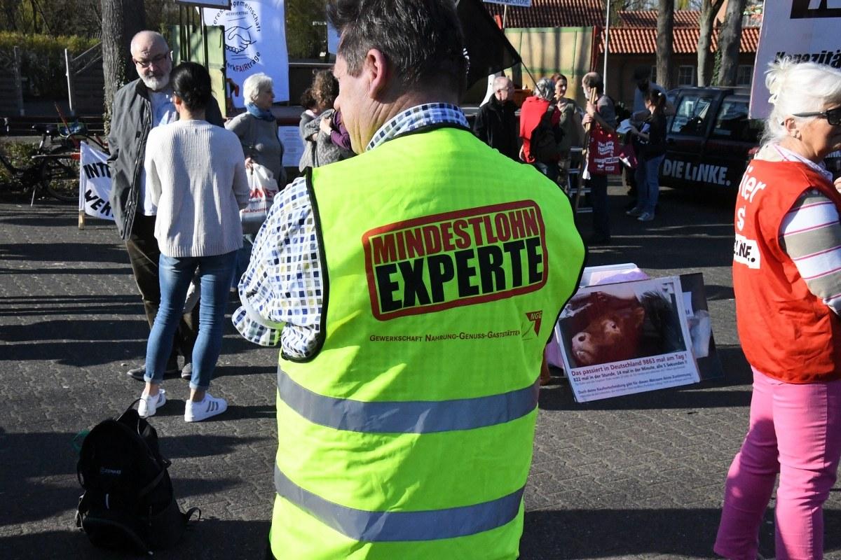 Für die Rechte von Werkvertragsarbeitern sind am Freitag hundert Bürger in Rheda auf die Straße gegangen. Sie waren der Einladung der IG Werkfairträge zu einer Kundgebung gefolgt. Bilder: Eickhoff/von Stockum