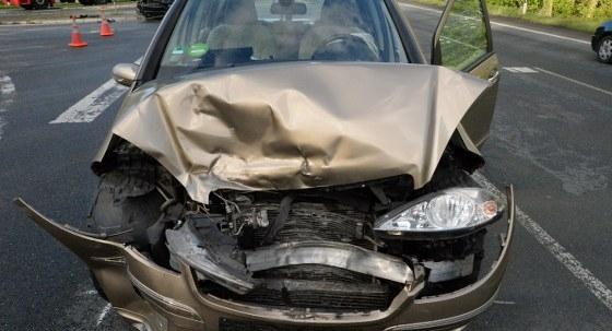 Im Einmündungsbereich der Bundesstraße 55/61 mit der Beckumer Straße in Batenhorst sind zwei Autos zusammengestoßen. Die beiden Fahrzeugführerinnen mussten in ein Krankenhaus gebraucht werden. Bilder: Eickhoff
