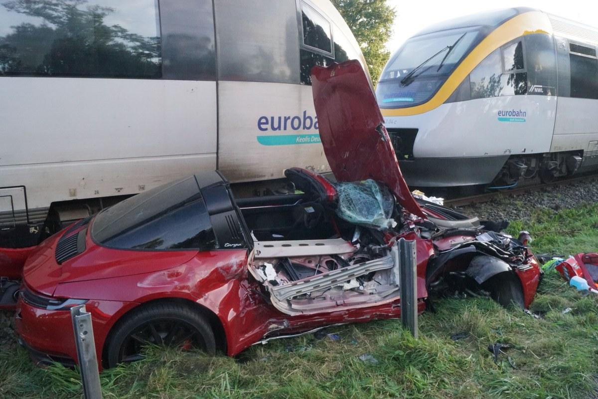 Total zerstört wurde ein Porsche am Dienstagabend bei der Kollision mit einem Zug der Eurobahn an der B51 bei Telgte.