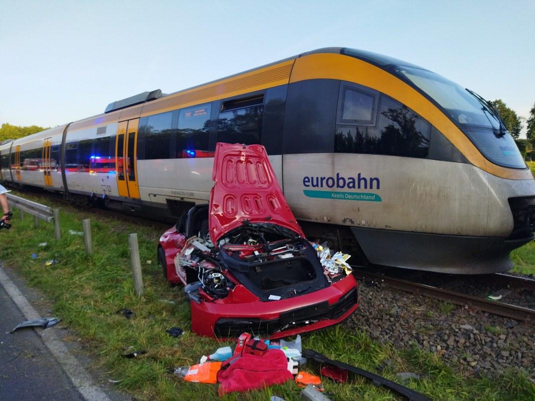 Schwer verletzt wurde der 43-jährige Fahrer eines Porsche, der am Dienstagabend an der B51 bei Telgte beim Abbiegen mit einem Zug der Eurobahn kollidierte.