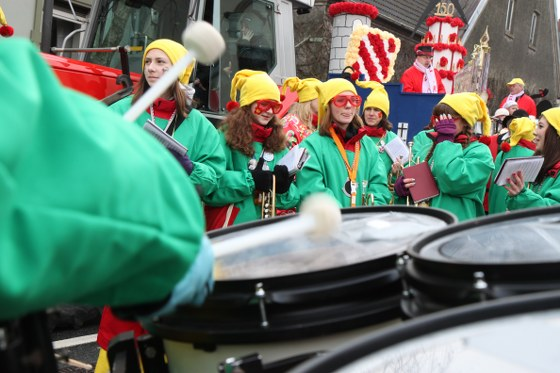Die Stimmung schäumte über beim Rosenmontagsumzug in Beckum. Tausende Karnevalisten feierten gemeinsam in der Püttstadt.