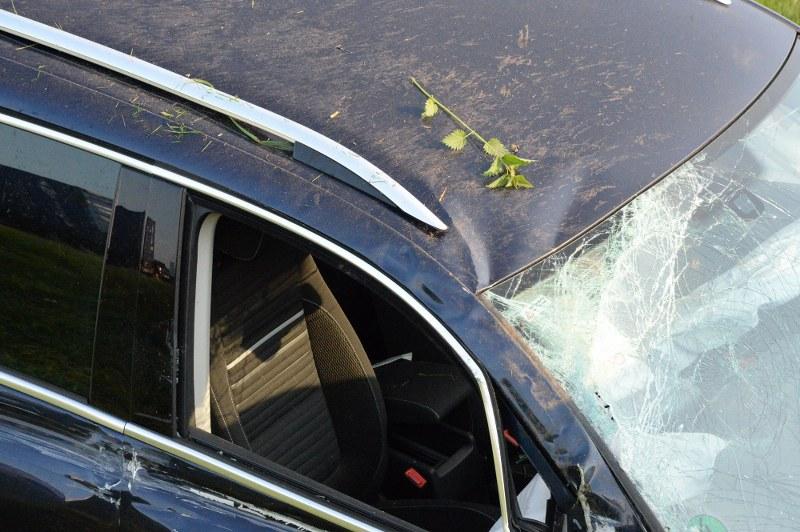 Schwer verletzt worden ist am Donnerstagmorgen der 76-jährige Fahrer eines VW Tiguan in Rheda-Wiedenbrück. Der Mann fuhr an der Anschlussstelle Herzebrock-Clarholz von der A2 ab und kam kurz danach von der Fahrbahn ab. Der Wagen überschlug sich. Bilder: Eickhoff
