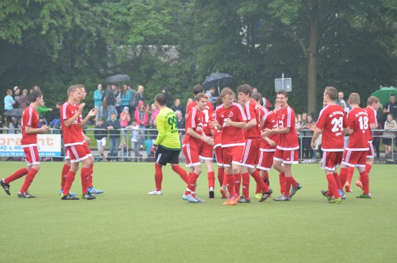 Das traditionelle Fußballspiel der Abschlussjahrgänge der beiden Rheda-Wiedenbrücker Gymnasien hat am Mittwoch die Mannschaft des Ratsgymnasiums mit 2:0 gewonnen. Fast 500 Zuschauer verfolgten das Duell.