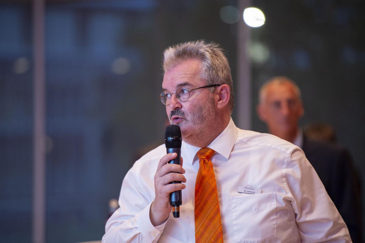Die vielen Briefwähler stellten die Verwaltungen vor eine Herausforderung. Michael Hellweg, Stellvertretender Wahlleiter des Kreises Gütersloh, rechnete deshalb mit einem späten Ergebnis.