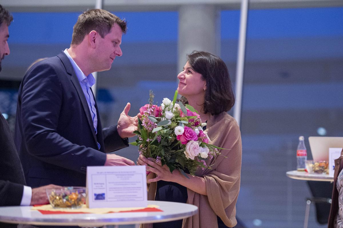 Blumen trotz einer Niederlage im Wahlkreis: Thorsten Klute, Vorsitzender des SPD-Kreisverbands, mit Elvan Korkmaz-Emre, die erneut gegen Ralph Brinkhaus unterlag.