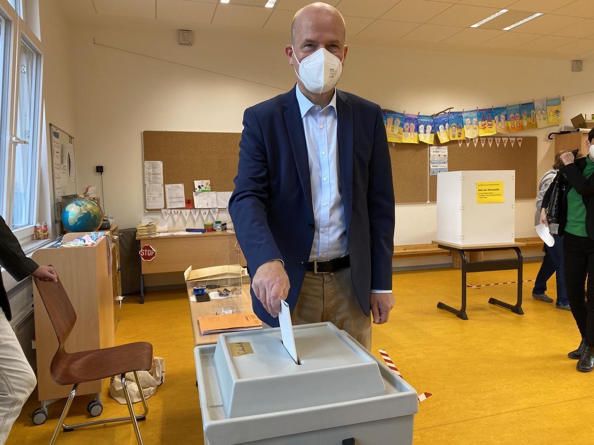 Wen Ralph Brinkhaus wohl gewählt hat? Im Gegensatz zu Armin Laschet hat er seinen Zettel richtig gefaltet. Am Sonntagmorgen hat der 53-Jährige in der Grundschule Eichendorff-Postdamm in Wiedenbrück seine Stimme abgegeben.