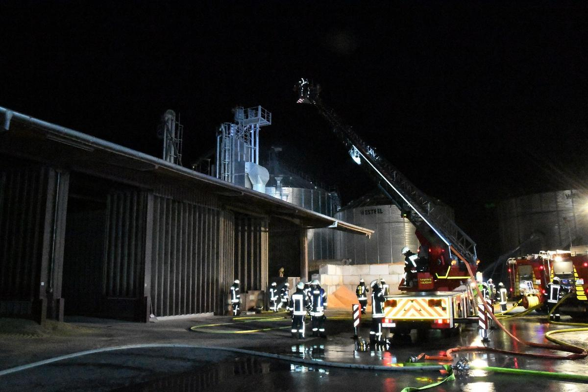 Die Löschzuge der Freiwilligen Feuerwehr Benteler und Langenberg wurden am Dienstagmorgen zu einem Landhandel in Benteler gerufen, um dort den Brand einer Trocknungsanlage zu löschen. Fotos: Eickhoff