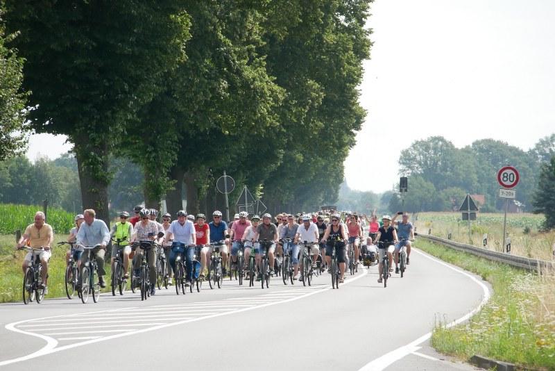Mehr als 300 Menschen haben am Sonntag auf der Bundesstraße 64 gegen den Bau der B64n demonstriert.  Foto: Joe Rieder