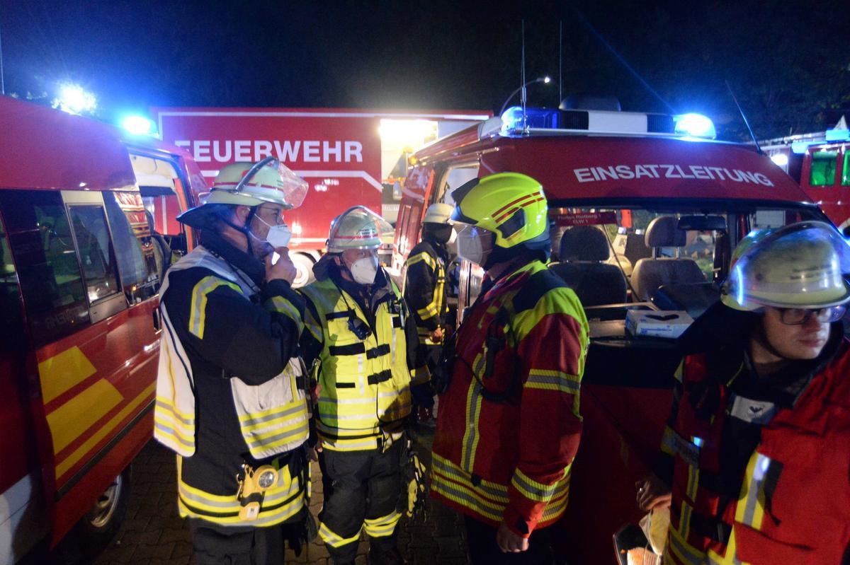 100 Feuerwehrleute waren bei dem Brand am Rietberger Recyclinghof am Freitagabend im Einsatz. Bilder: Eickhoff