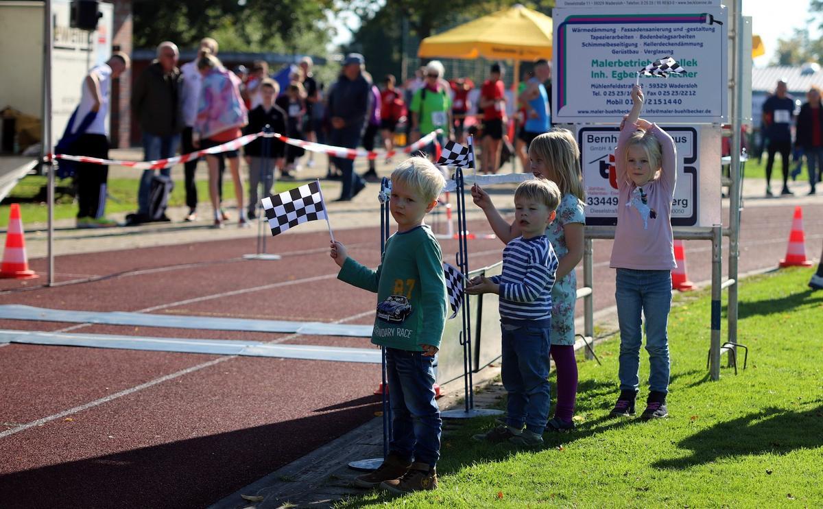 Nächstes Jahr wieder auf der Strecke: Der Nachwuchs feuerte die Läufer an. Fotos: Kreisel