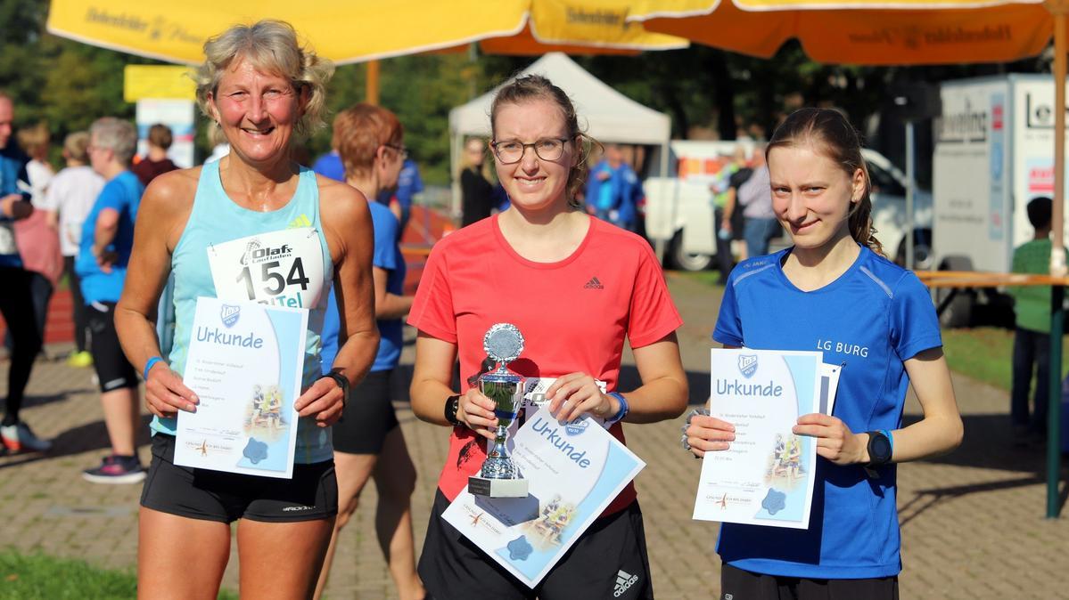 Schnelle Gäste: Gudrun Rodloff (von links), Siegerin Nele Weike und Sarah Dammann setzen sich in Wadersloh über fünf Kilometer bei den Frauen durch. Fotos: Kreisel