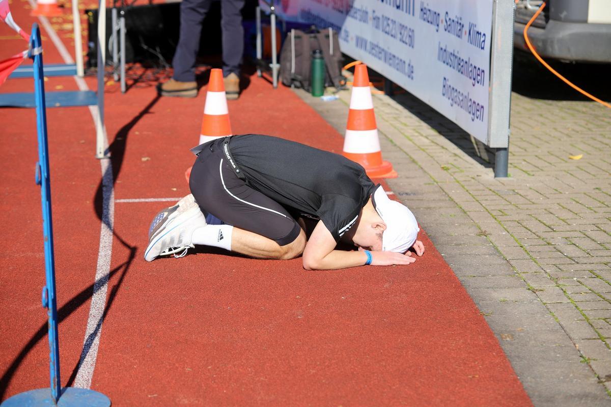 Alles gegeben:Tim Jemella sinkt im Ziel erschöpft zu Boden. Fotos: Kreisel