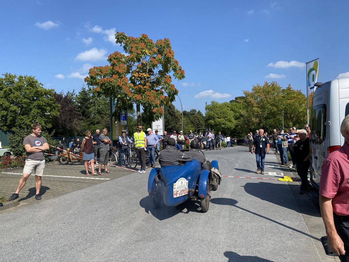 Hunderte Oldtimer-Fans haben sich am Freitag im Vier-Jahreszeiten-Park für die Autos der Fiva-World-Rally-Teilnehmer interessiert. Fotos: Kingma