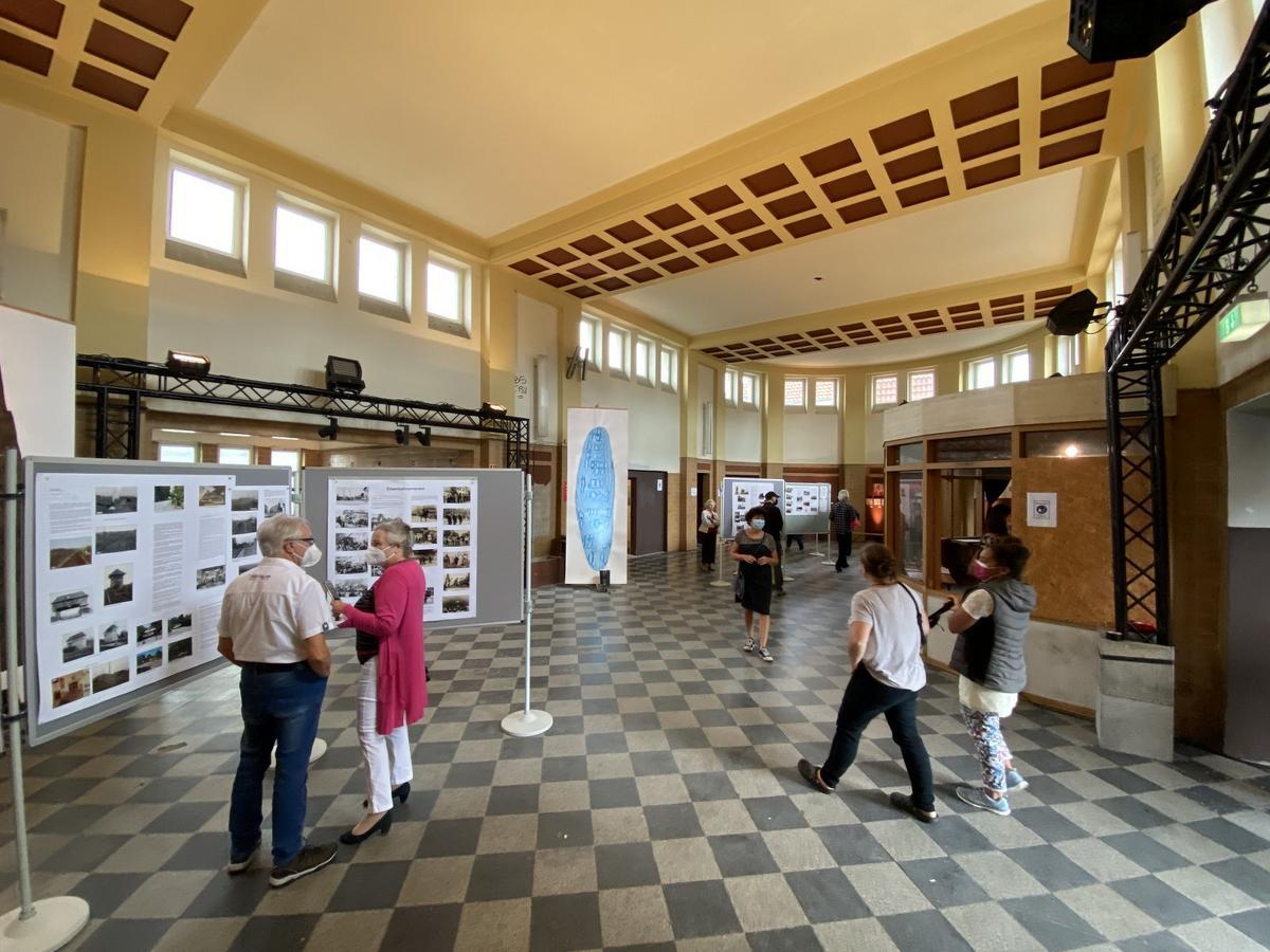"""Das """"Glocke""""-Redaktionsmobil hat am Bahnhof Neubeckum Halt gemacht. Vor Ort wurde eifrig über die Zukunft des Denkmals diskutiert.  Foto: Dresmann"""