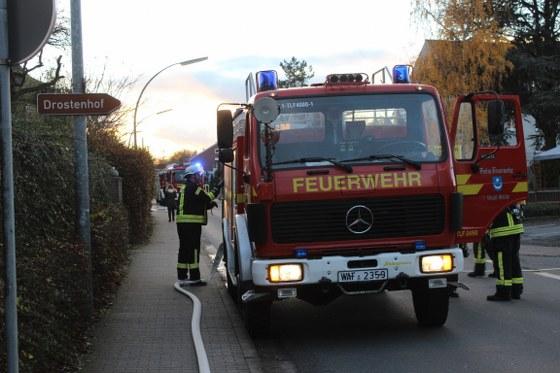 In einem ehemaligen Bürogebäude der Firma Hammelmann an der Straße Zum Sundern ist am Freitag ein Brand ausgebrochen. Die Feuerwehr rückte mit 74 Einsatzkräften aus.