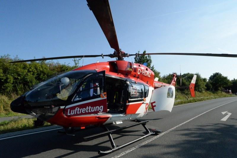 Mit lebensgefährlichen Verletzungen ist am Sonntag ein 43-jähriger Motorradfahrer nach einem Unfall auf der Bokeler Straße in Rietberg in eine Spezialklinik in Bethel geflogen worden. Fotos: Eickhoff