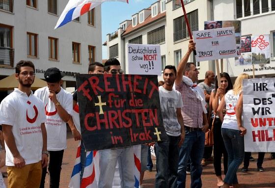 Rund 350 Menschen haben am Samstagnachmittag an der Demonstration auf dem Kolbeplatz teilgenommen. Auf Plakaten forderten sie unter anderem internationalen Schutz für die Christen im Irak und in Syrien.
