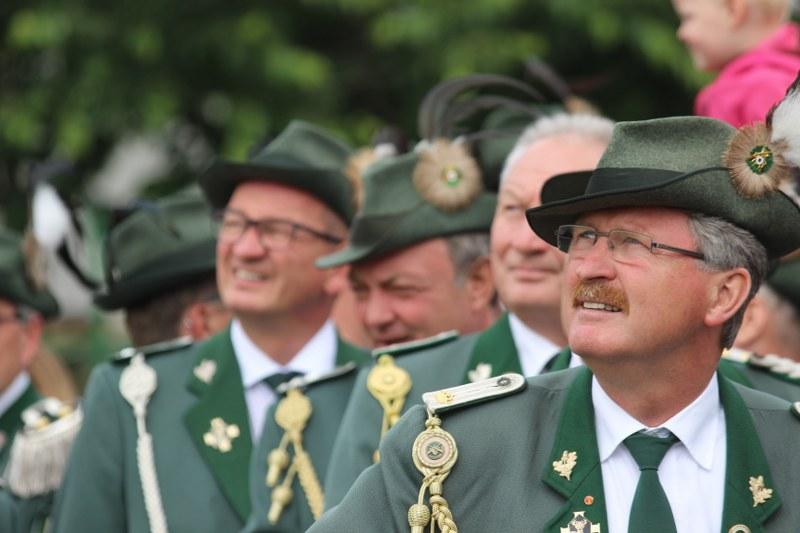 Udo und Beate Kanter regieren seit Montagmittag die Schützenbruderschaft St. Hubertus Bokel. Der 337. Schuss brachte um 13.47 Uhr die Entscheidung. Bilder: Sudbrock